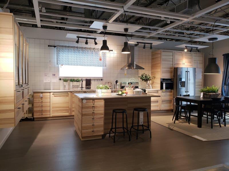 Diseño moderno agradable de la cocina en IKEA fotos de archivo