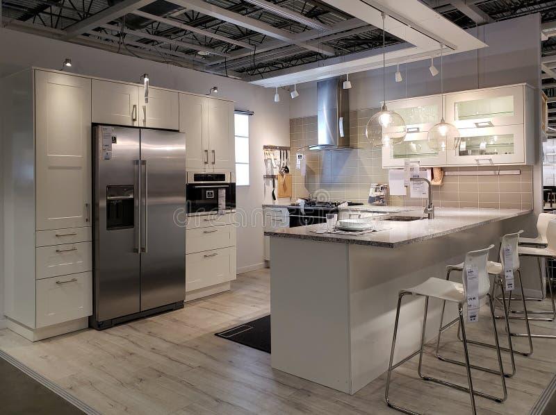 Diseño moderno agradable de la cocina en la tienda IKEA imagenes de archivo
