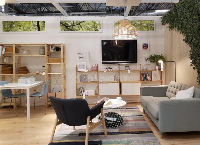 Diseño moderno agradable de la sala de estar en la tienda IKEA foto de archivo