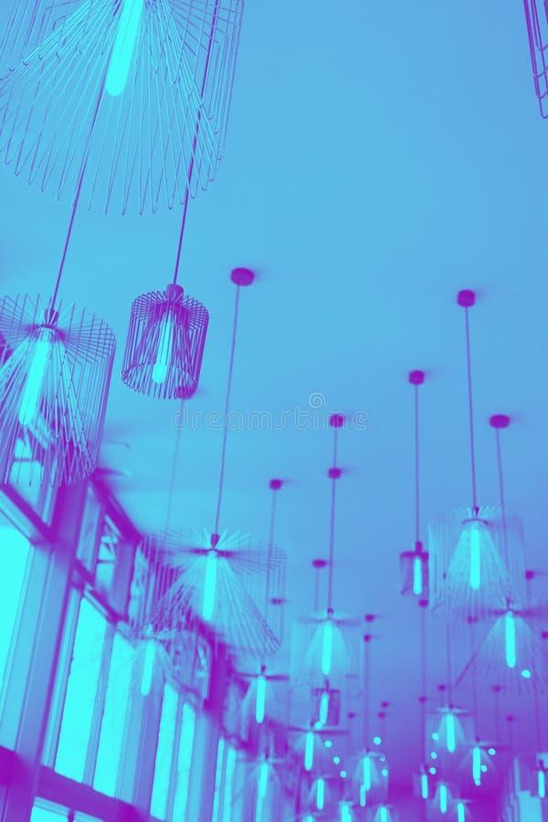 Diseño moderno de lámpara que cuelga en techo foto de archivo