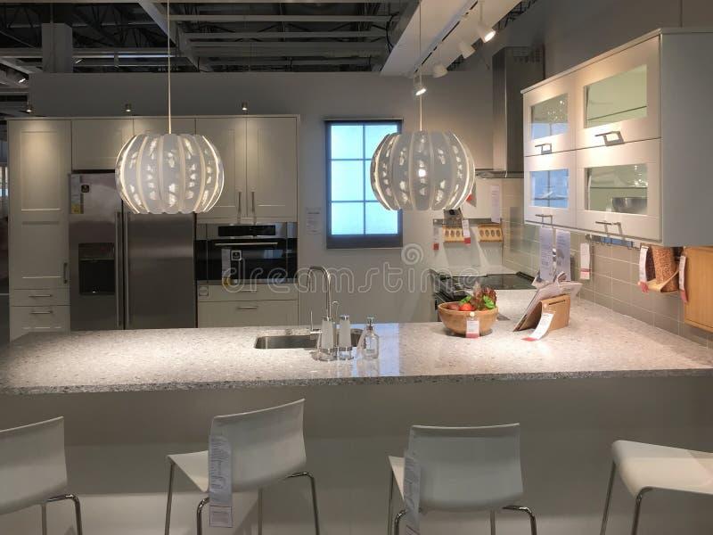 Diseño moderno de la cocina con el contador en IKEA foto de archivo