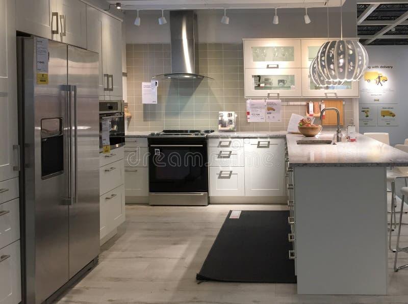 Diseño moderno de la cocina con el contador en la tienda de equipamiento IKEA fotografía de archivo