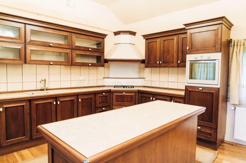 Diseño Moderno De La Disposición De La Cocina Foto de archivo ...