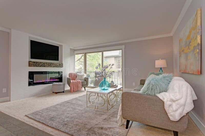 Diseño moderno de la sala de estar en la construcción de viviendas imagen de archivo libre de regalías