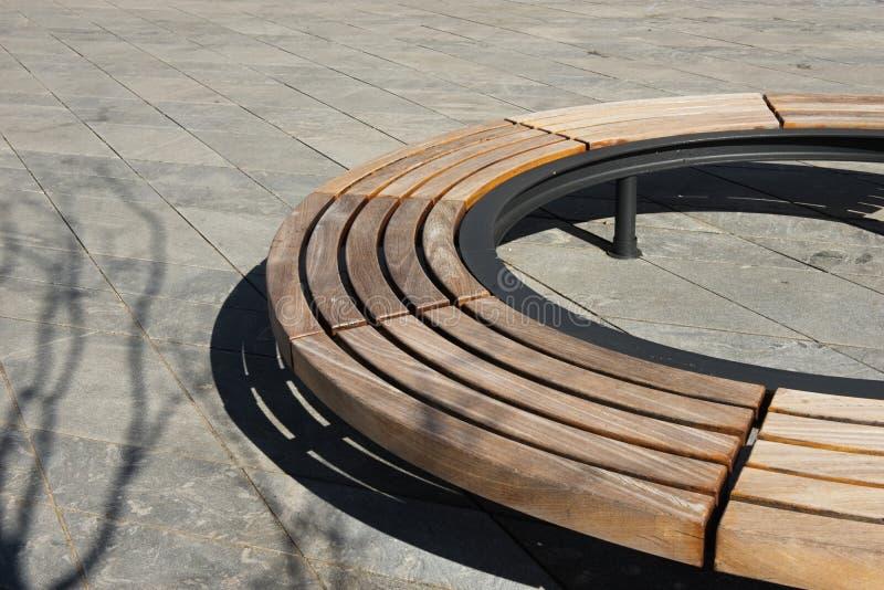 Diseño moderno de madera alrededor del banco de parque circular foto de archivo libre de regalías