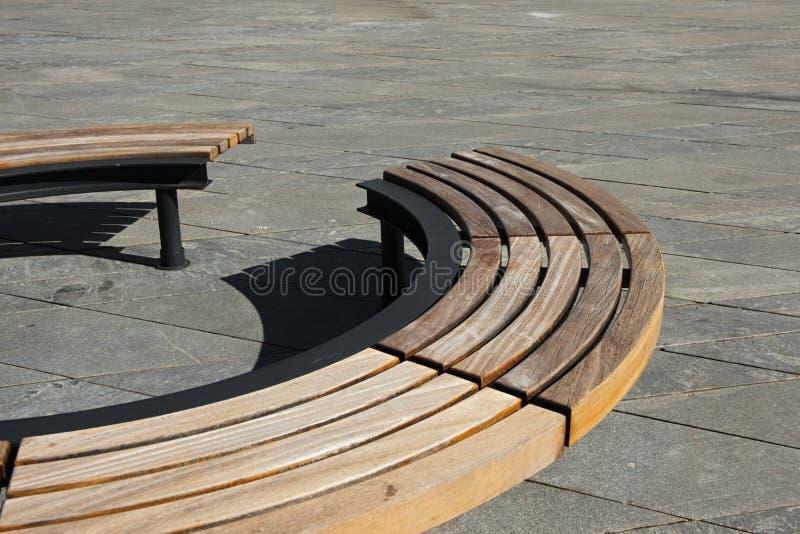 Diseño moderno de madera alrededor del banco de parque circular imágenes de archivo libres de regalías