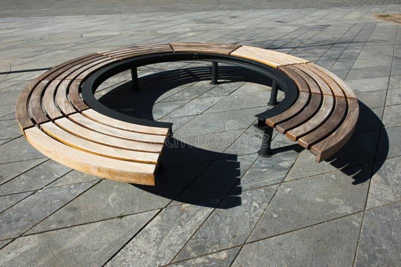 Diseño moderno de madera alrededor del banco de parque circular imagen de archivo libre de regalías
