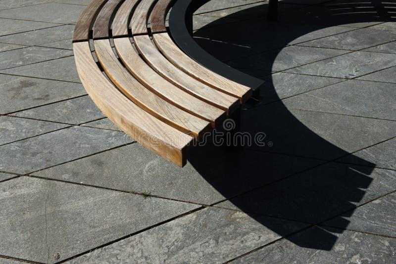 Diseño moderno de madera alrededor del banco de parque circular fotografía de archivo libre de regalías