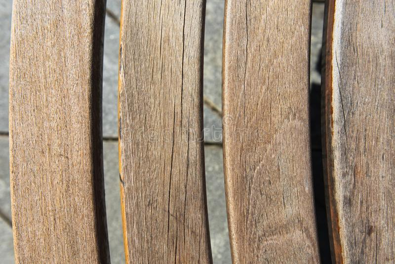 Diseño moderno de madera alrededor del banco de parque circular foto de archivo