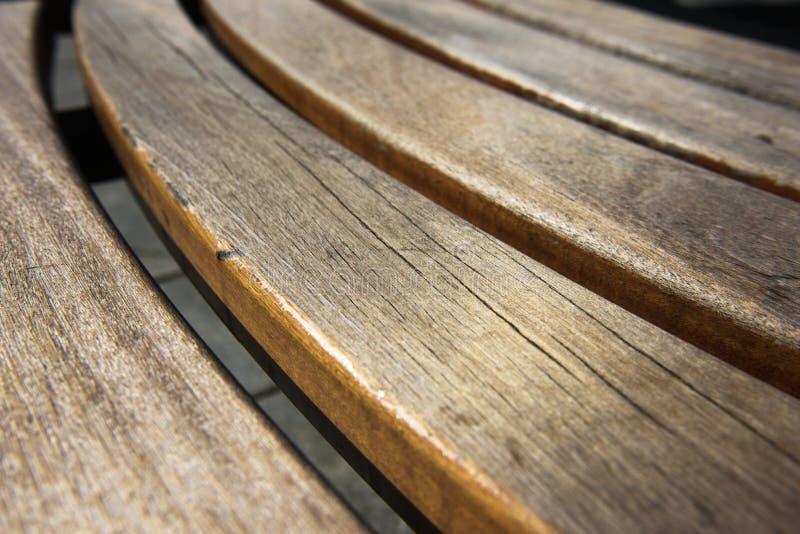 Diseño moderno de madera alrededor del banco de parque circular fotos de archivo