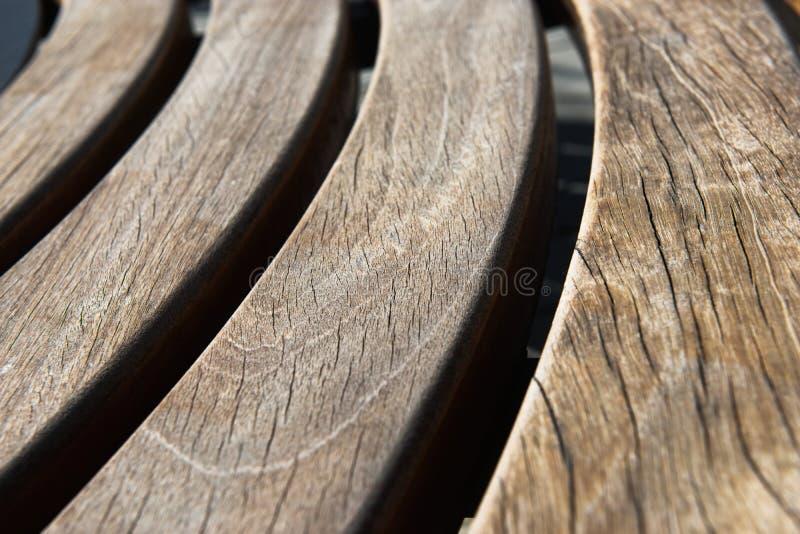 Diseño moderno de madera alrededor del banco de parque circular fotos de archivo libres de regalías