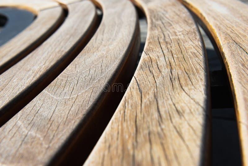 Diseño moderno de madera alrededor del banco de parque circular fotografía de archivo