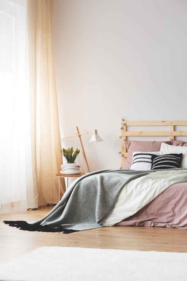 Diseño moderno del dormitorio imagen de archivo