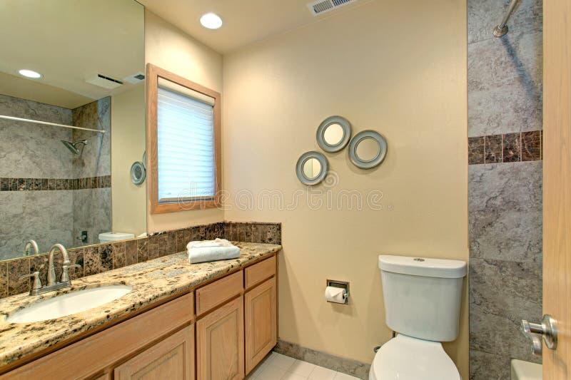 Diseño neutral del cuarto de baño con la teja de mármol verde foto de archivo