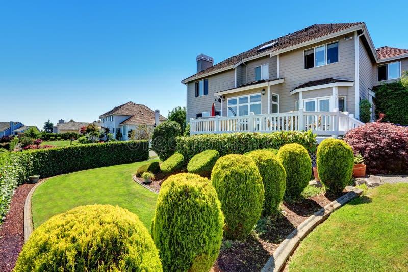 Diseño nivelado patio trasero perfecto del paisaje con la escalera foto de archivo