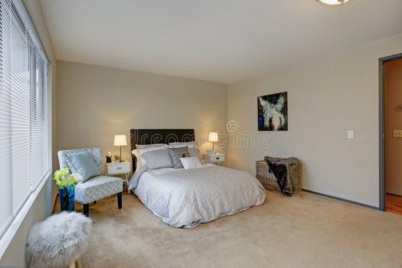 Diseño precioso del dormitorio con el cabecero marrón foto de archivo libre de regalías