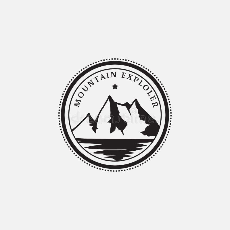 Diseño retro del inconformista del logotipo de la insignia del explorador de la montaña foto de archivo