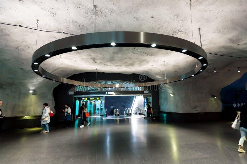 Diseño urbano de la arquitectura de túneles dentro de la estación del metro con los pasajeros móviles fotos de archivo