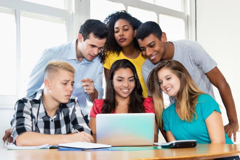 Diseño web de enseñanza del profesor con el grupo de estudiantes fotos de archivo libres de regalías