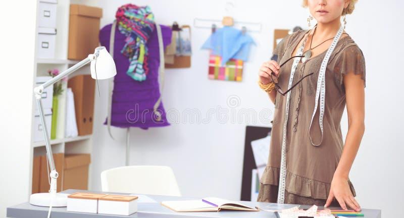 Dise?ador de moda de la mujer joven que trabaja en el estudio fotografía de archivo