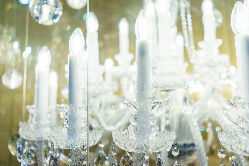 Dise?o de detalle e iluminaci?n interior - l?mpara del metal blanco bajo la forma de palmatorias y velas imágenes de archivo libres de regalías