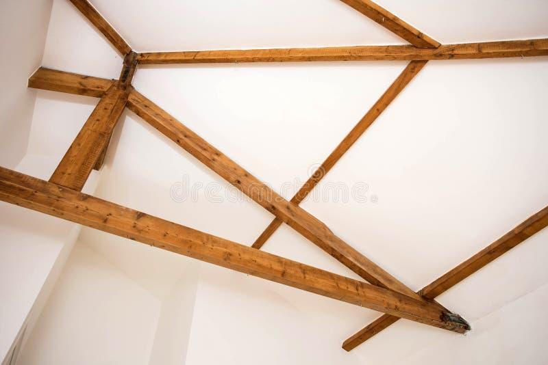 Dise?o de madera Haces de madera al techo como elemento del diseño Interior moderno foto de archivo libre de regalías