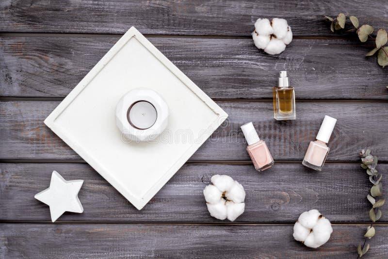 Dise?o del escritorio del trabajo con las decoraciones, el esmalte de u?as y el perfume concretos en la opini?n superior del fond fotografía de archivo libre de regalías