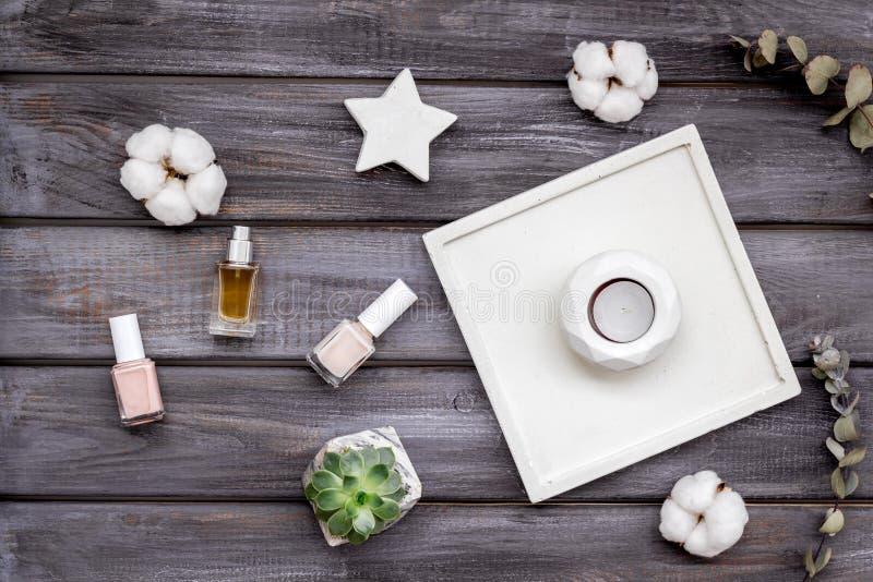 Dise?o del escritorio del trabajo con las decoraciones, el esmalte de u?as y el perfume concretos en la opini?n superior del fond imágenes de archivo libres de regalías