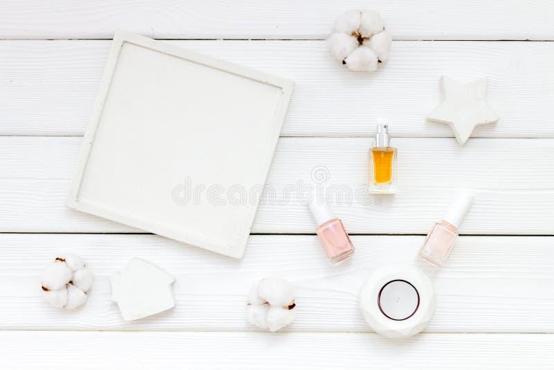 Dise?o del escritorio del trabajo con las decoraciones, el esmalte de u?as y el perfume concretos en la opini?n de top de madera  imagenes de archivo