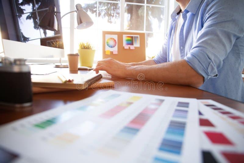 Dise?o gr?fico y muestras y plumas del color en un escritorio Dibujo arquitect?nico con las herramientas y los accesorios del tra foto de archivo libre de regalías