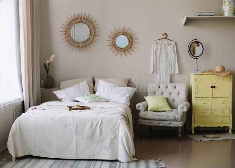 Dise?o interior casero moderno Acueste con y las almohadas, manta interior del dormitorio de la muchacha, estilo escandinavo fotos de archivo