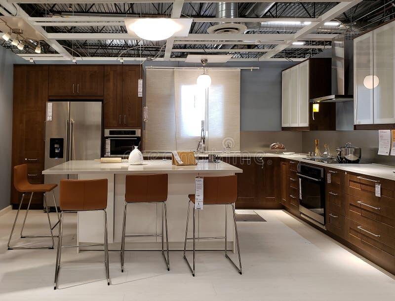 Dise?o moderno agradable de la cocina en la tienda IKEA foto de archivo