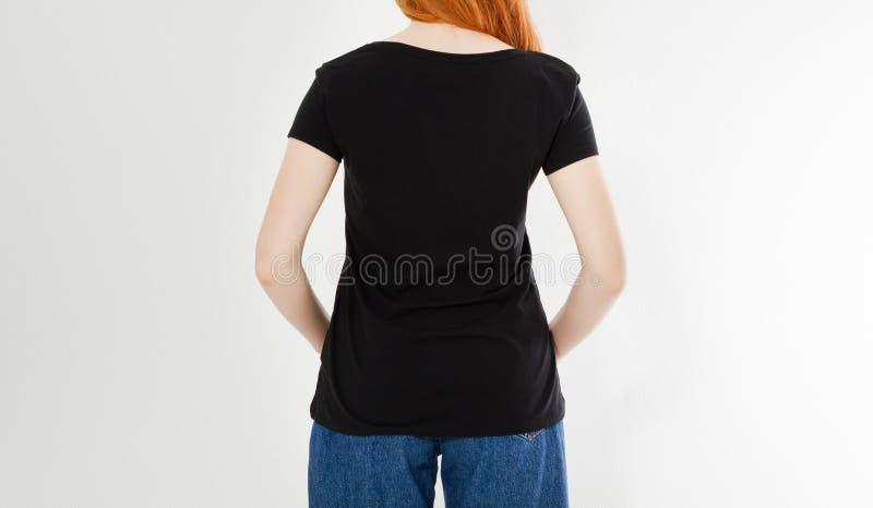 Dise?o trasero de la camiseta de la visi?n, concepto feliz de la gente - mujer roja sonriente del pelo en camiseta negra en blanc imagenes de archivo