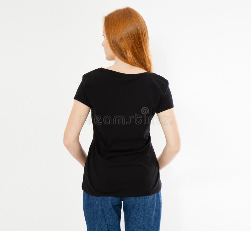 Dise?o trasero de la camiseta de la visi?n, concepto feliz de la gente - mujer roja sonriente del pelo en camiseta negra en blanc fotografía de archivo libre de regalías