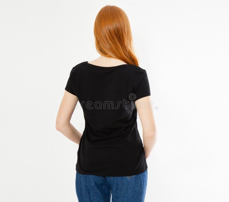 Dise?o trasero de la camiseta de la visi?n, concepto feliz de la gente - mujer roja sonriente del pelo en camiseta negra en blanc foto de archivo