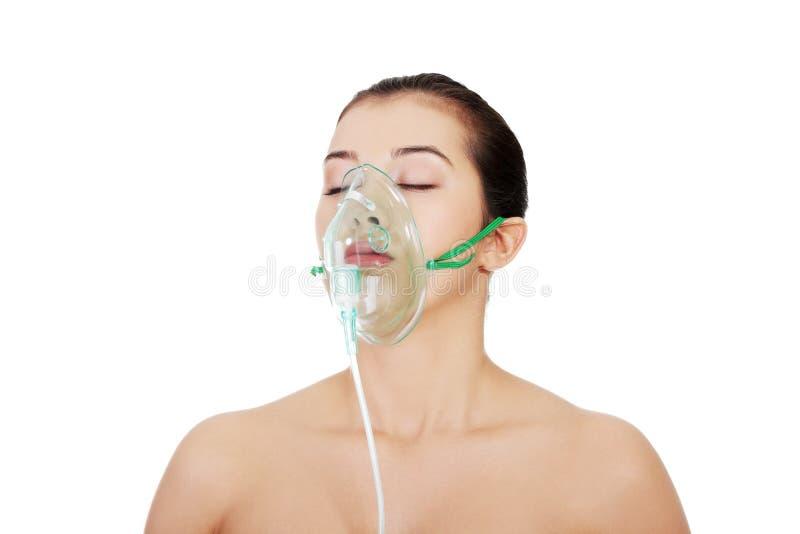 Diseased kvinnlig tålmodig ha på sig ett syre maskerar royaltyfri bild