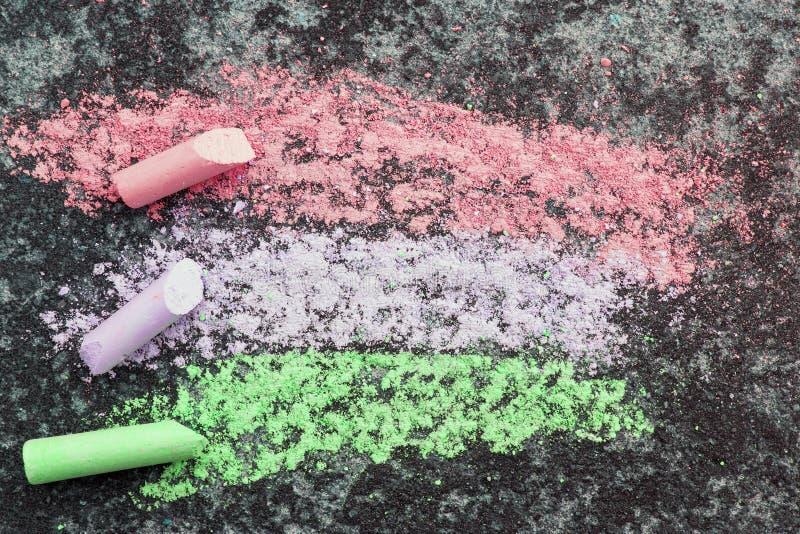 Disegnando con il gesso su asfalto, fotografie stock libere da diritti