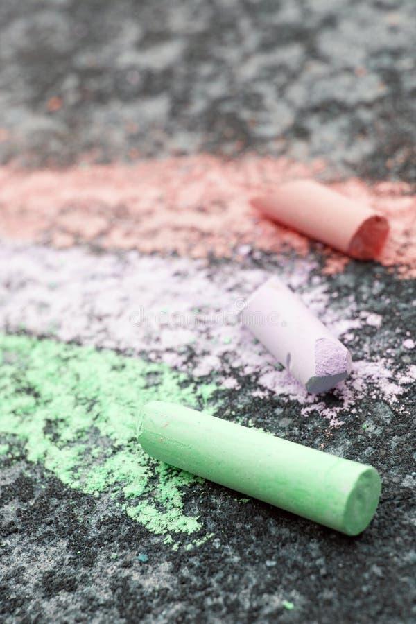 Disegnando con il gesso su asfalto, fotografia stock
