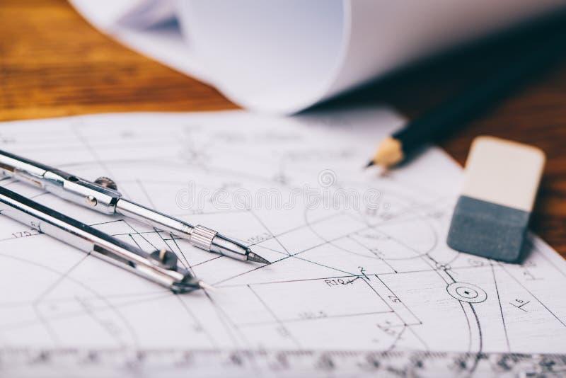 Disegni architettonici Rotoli architettonici e strumenti di disegno sul worktable Bussola di disegno, piani fotografia stock