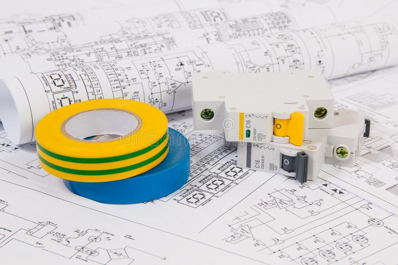 Disegni di elettrotecnico, interruttore modulare elettrico e nastro di isolamento fotografia stock libera da diritti