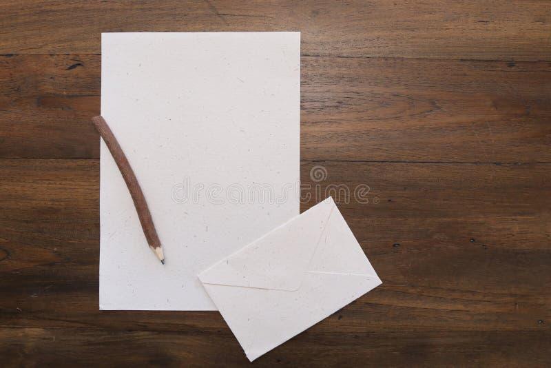 Disegni a matita con carta in bianco sulla vecchia tavola di legno fotografie stock