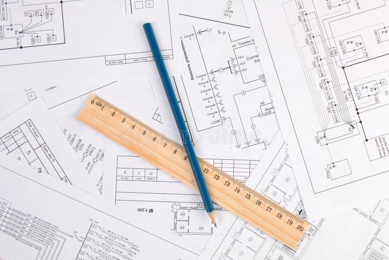 Disegni, matita e righello di elettrotecnico fotografie stock