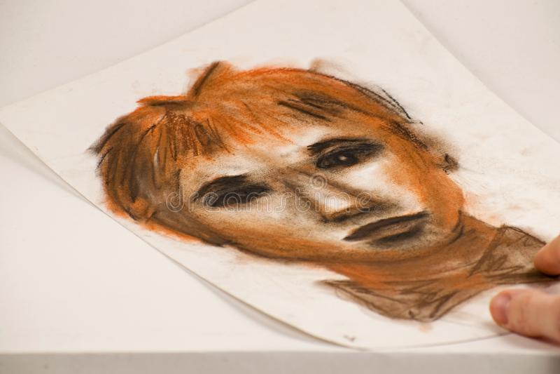 Disegno dalla matita sanguigna e dal carboncino Ritratto di un uomo fotografia stock