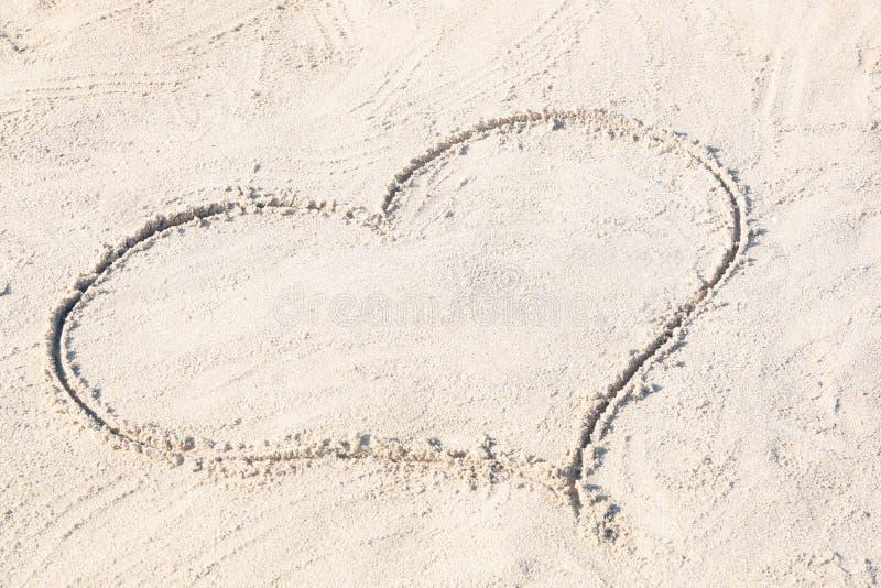 Disegno del cuore sulla sabbia immagini stock libere da diritti