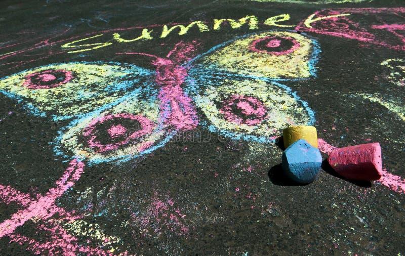 Disegno del ` s dei bambini dello spirito di estate sull'asfalto fotografia stock libera da diritti