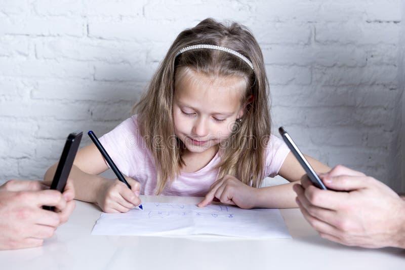 Disegno della bambina solo mentre i suoi genitori tutto il telefono cellulare della rete di tempo che trascura sua figlia immagini stock libere da diritti