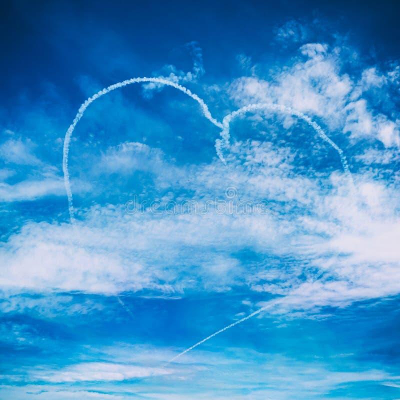 Disegno della nuvola del cuore di amore in aeroplano su airshow Concetto di amore per il viaggio il mondo immagini stock