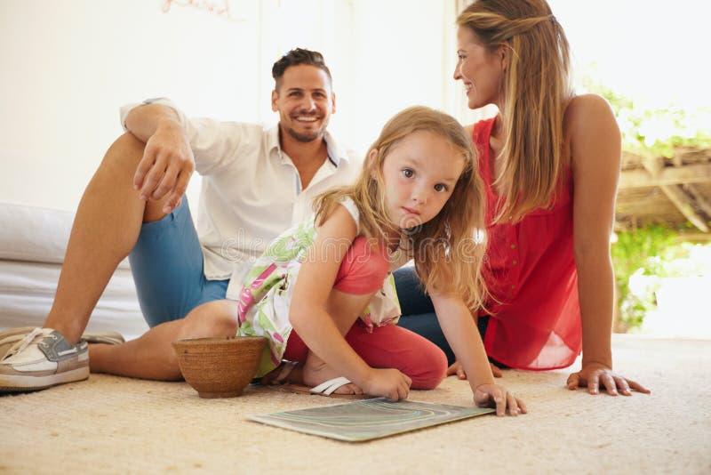 Disegno della ragazza con i suoi genitori in salone immagine stock libera da diritti
