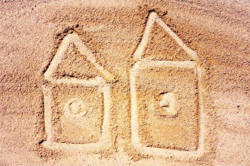 Disegno delle casette su sabbia di mare Giro del mare immagine stock
