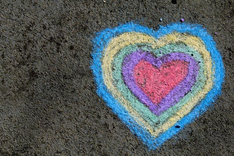 Disegno di gesso: cuori variopinti su asfalto fotografia stock libera da diritti